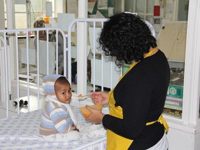 Pflegerin mit Baby
