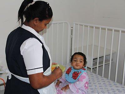 Südafrikanische Baby-Pflegerin