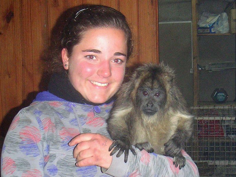 Freiwillige mit Affe
