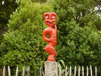 Rote Holzfigur der Maori in Neuseeland