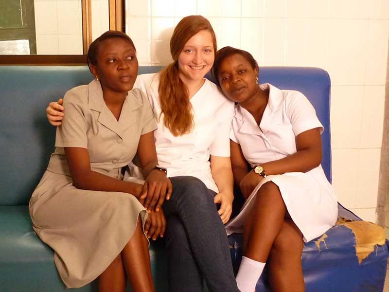Tansanische Schwestern mit Pflegepraktikantin