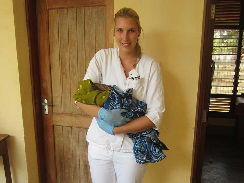 Praktikantin mit Neugeborenem